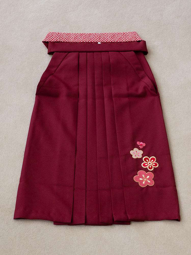 幼稚園児用の袴レンタル・刺繍ありのエンジ色・袴下66cm・6才から7才向け