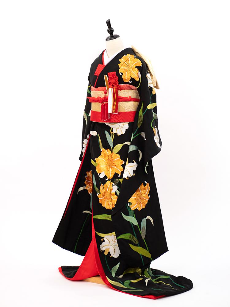 総刺繍の百合柄の黒引き振袖、安心のフルセットレンタル。金駒刺繍がゴージャス感を醸し出します。