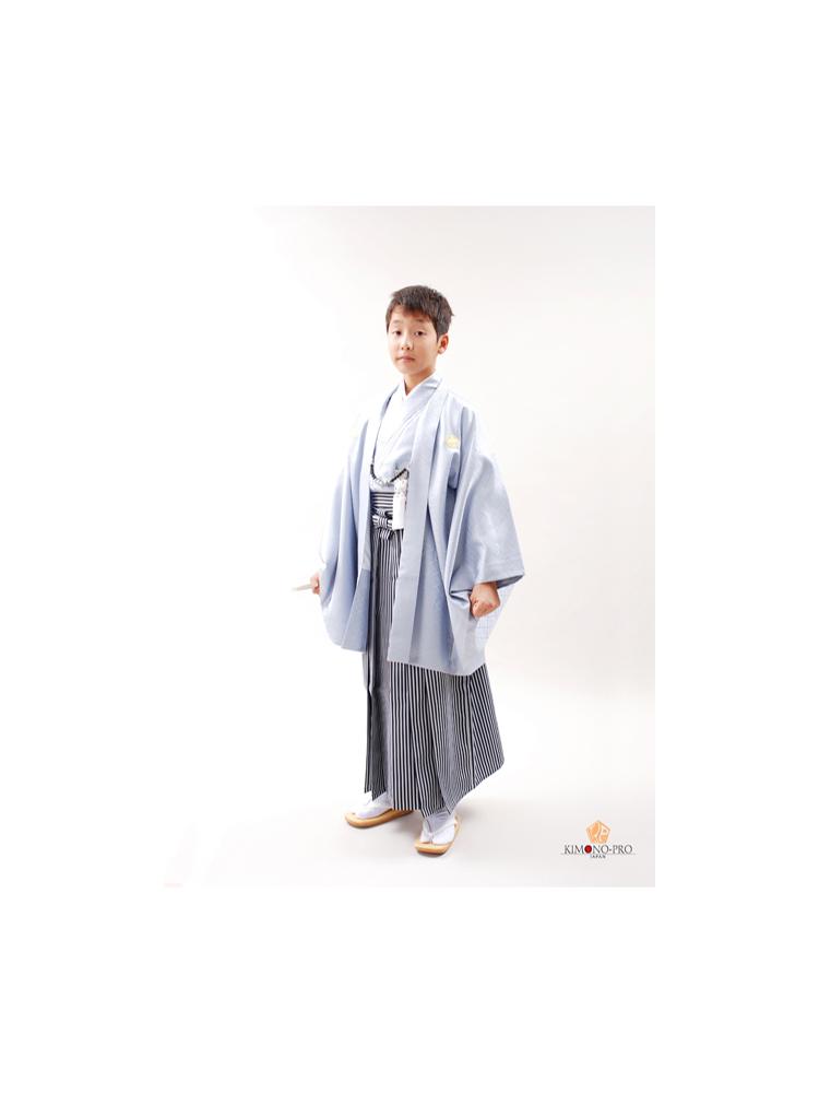 十三参りの男の子用きものと袴セット。品番jmens-2番。淡い水色のきものと羽織に袴の明るいイメージの13歳用着物です。