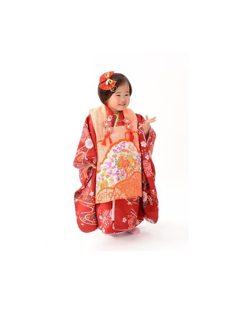 3歳の女の子きもの&被布セット。赤い色のきものに、可愛らしいオレンジの被布をセットレンタル