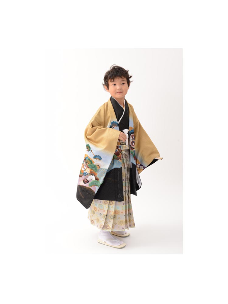 5歳の男の子着物レンタル。金茶と黒の兜柄です。