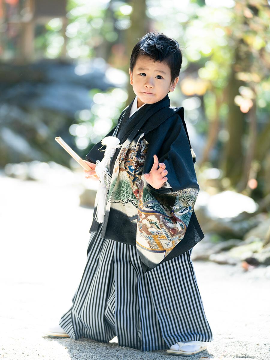 五歳の男の子着物レンタル。黒地で松葉柄