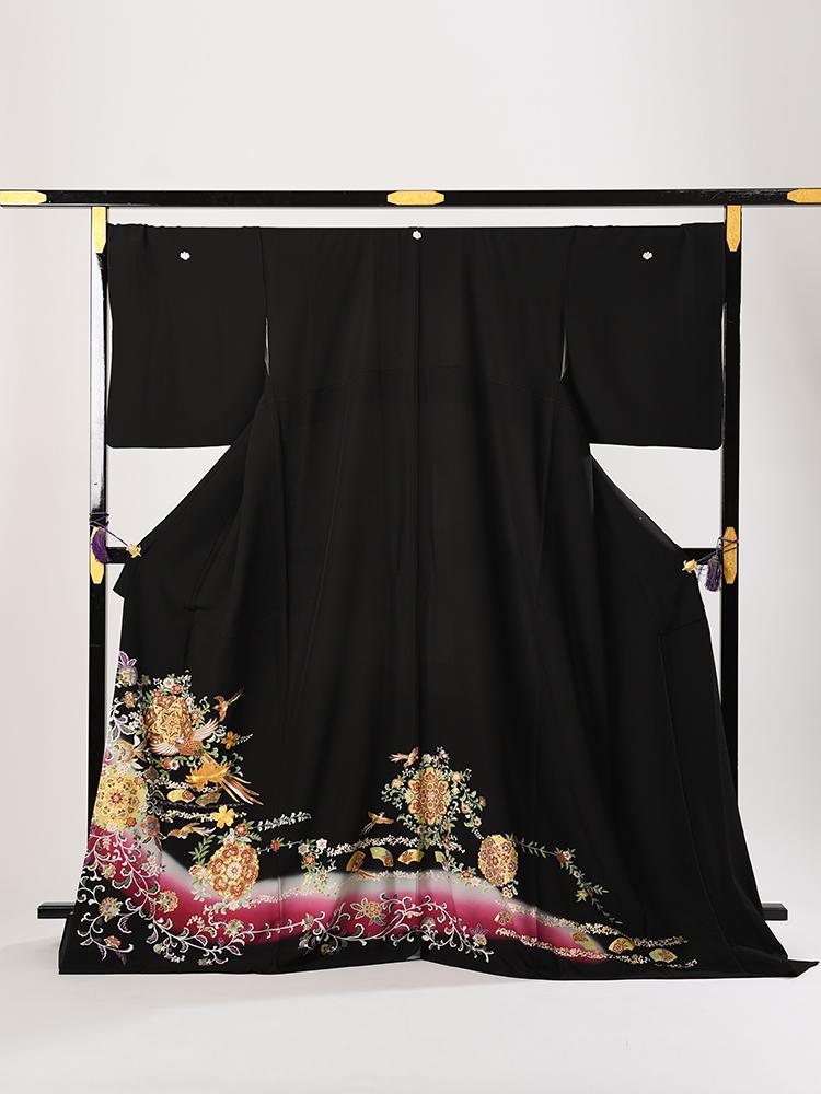 幅広サイズの黒留袖レンタル。ワインレッドで鳳凰柄