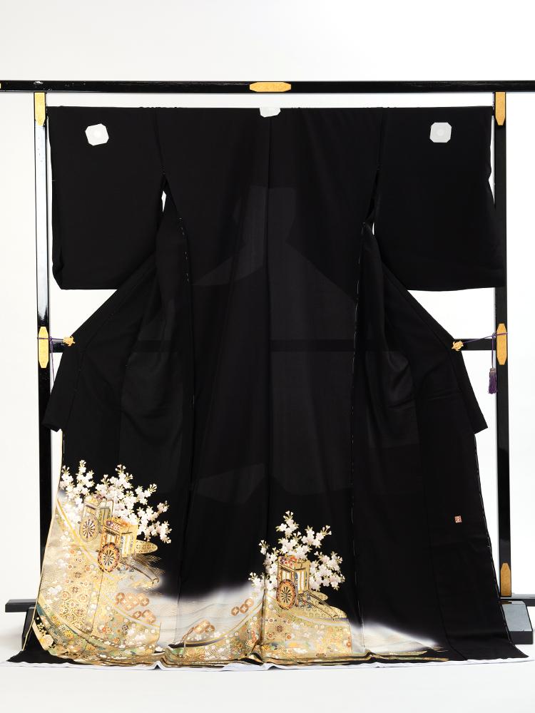 【幅広サイズの桂由美黒留袖レンタル】yumi-katsura-26・御所車柄の留袖・サイズLOで裄丈長め