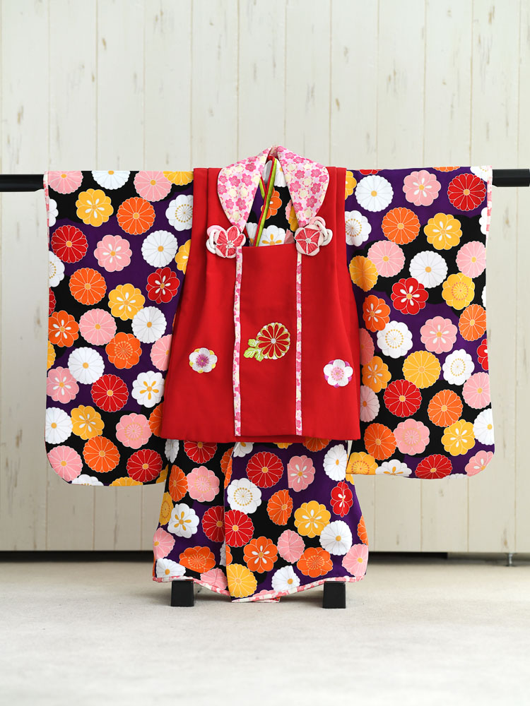 【七五三の着物レンタル】 3歳の女の子用被布セット ブランド「式部浪漫」紫と黒の着物、被布は赤 品番:KD-25